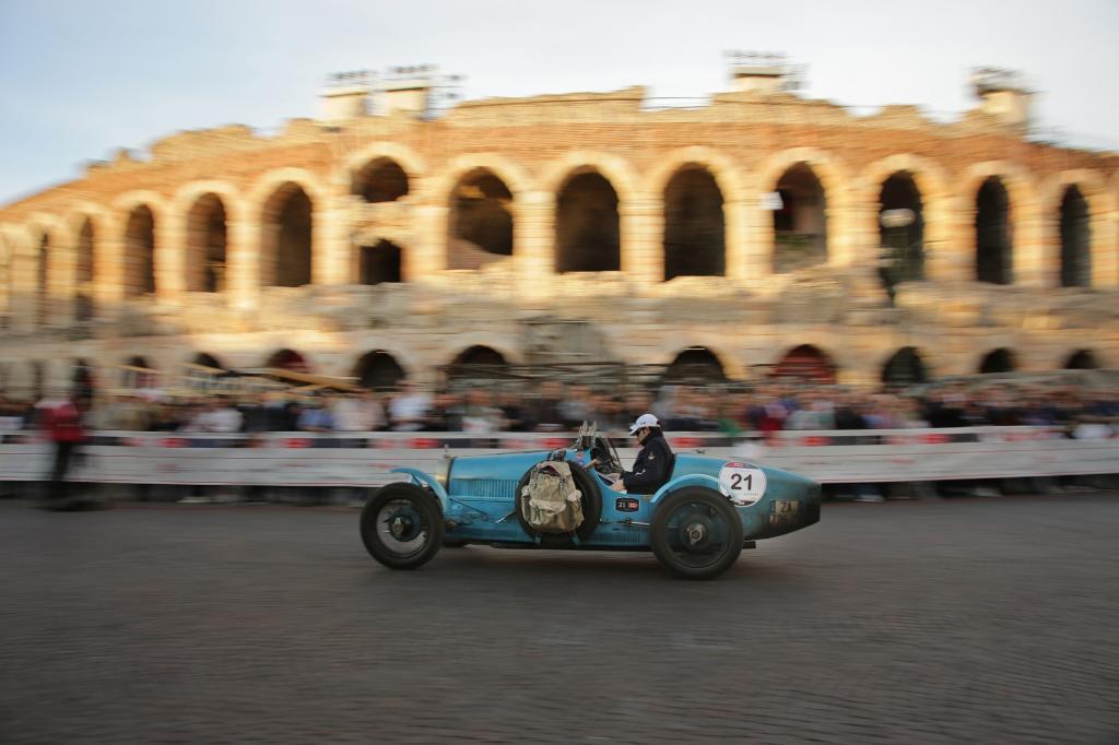 Ein Bugatti Typ 35 vor dem Colosseum in Rom