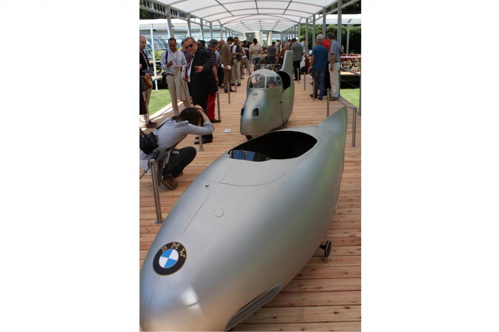 Erst erhielt 1937 die Gilera Rondine (hinten) mit 274,2 km/h den Geschwindigkeitsweltrekord, dann wurde sie von der BMW 500 mit 279,5 km/h übertroffen