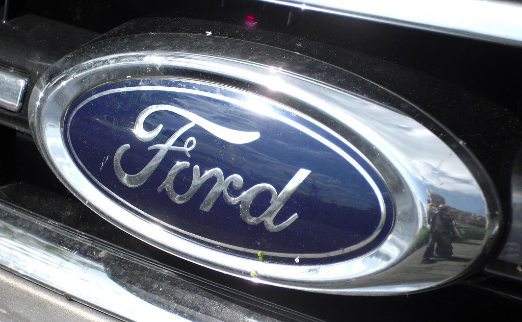 Ford Mondeo: Das Markenlogo sitzt vorn in einer Chromleiste im oberen Kühlergrill-Teil.