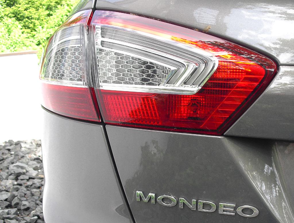 Ford Mondeo: Moderne Leuchteinheit hinten mit Modellschriftzug.
