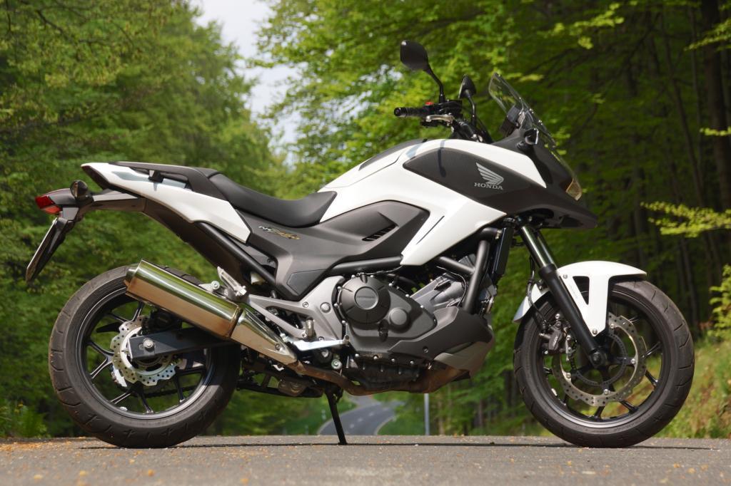 Gänseschnabel und hochbeiniges Fahrwerk zeichnen die Honda NC 750 als typisches Crossover-Bike aus.