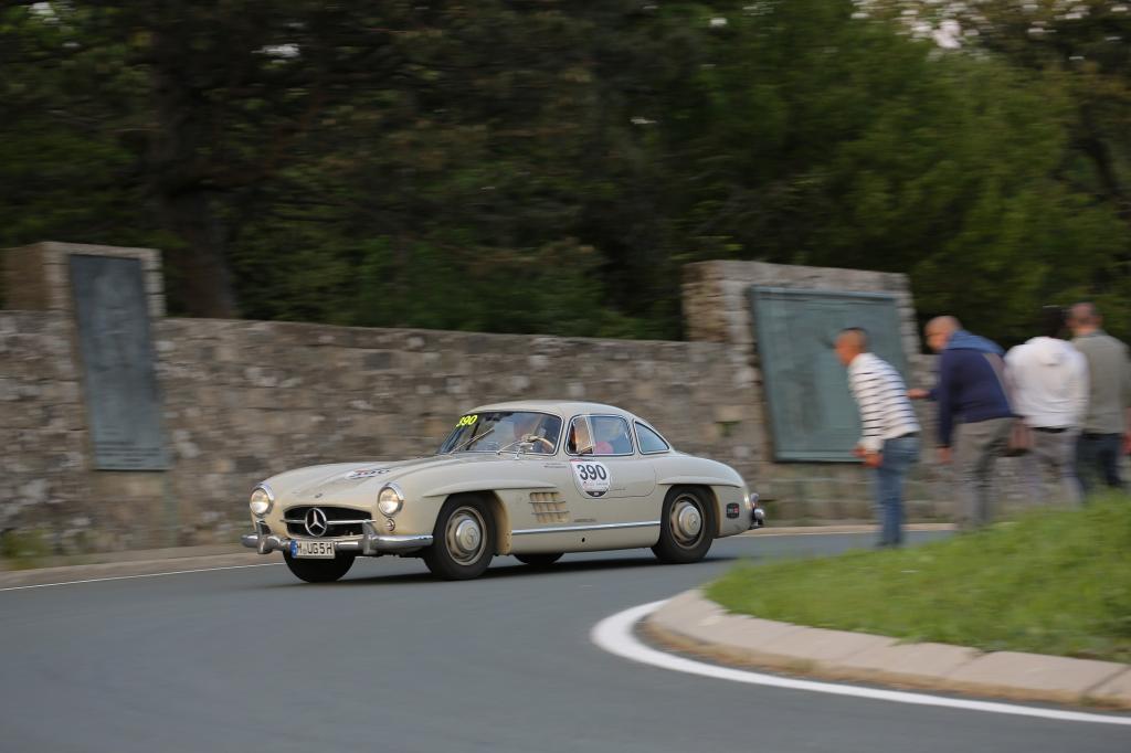 Go! Go! Go! scheinen die Zuschauer dem Mercedes 300 SL von 1955 zuzurufen