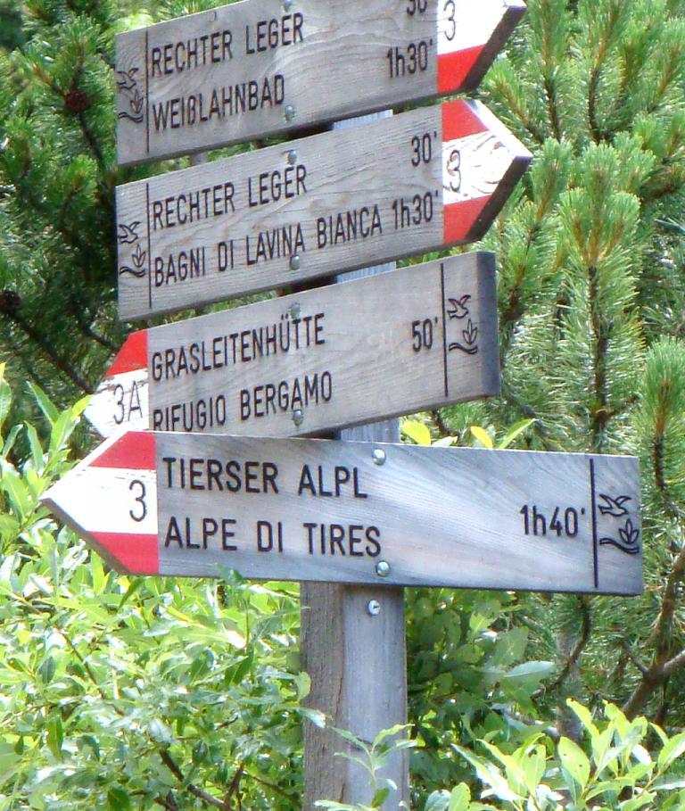 Holzwegweiser zum Leger, zur Grasleitenhütte und zur Tierser Alpl.