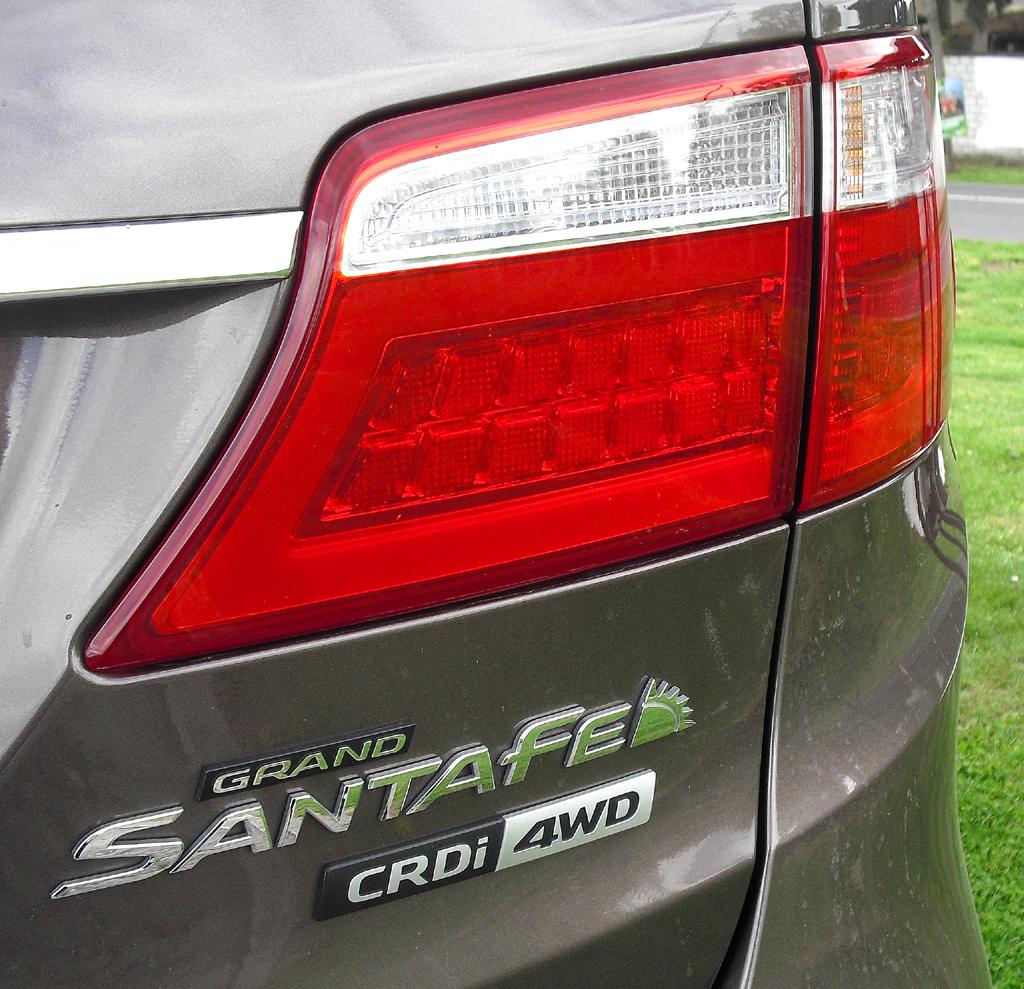 Hyundai Grand Santa Fe: Großformatige Leuchteinheit hinten mit Modellschriftzug.
