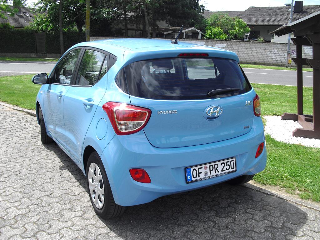 Hyundai i10: Blick auf die Heckpartie des Kleinwagens.