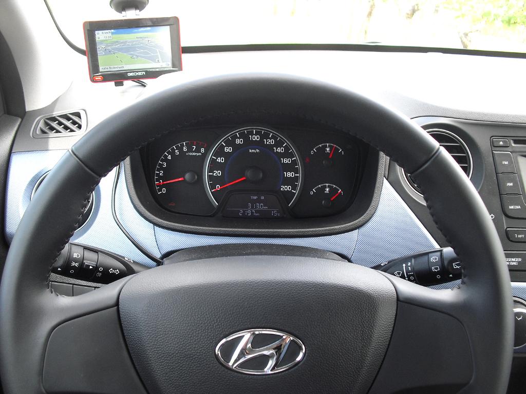 Hyundai i10: Blick durch den Lenkradkranz auf die Rundinstrumentierung.