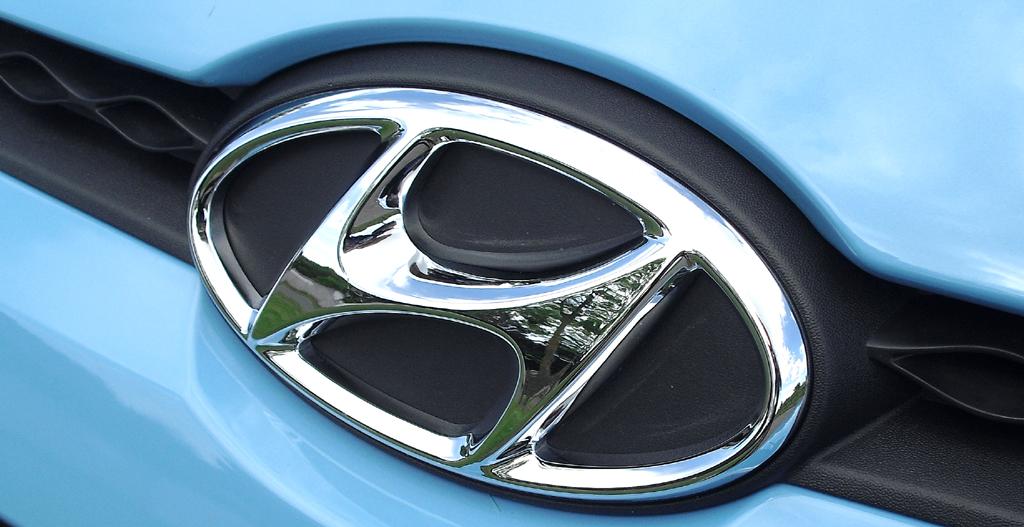 Hyundai i10: Das Maakenlogo sitzt vorn zwischen Kühlergrill und Motorhaube.