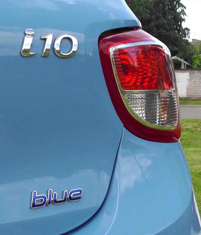 Hyundai i10: Modellkürzel und Blue-Schriftzug auf der Heckklappe.