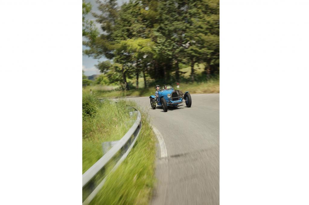 Im Kopf läuft das Tonband: Der Bugatti beschleunigt aus der Kurve, gibt Gas, wird schneller und schneller…