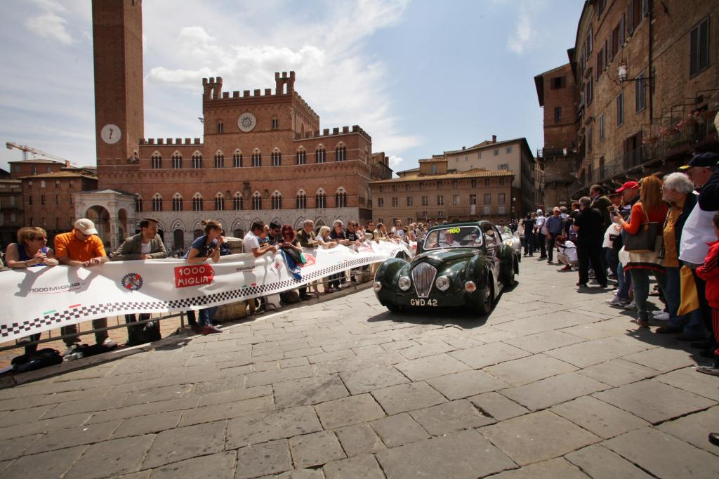 In Siena wird die Nummer 160 bejubelt, ein Healey 2400 Elliott Saloon von 1948