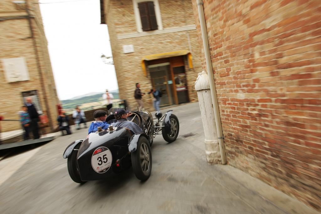 In den engen Gassen der italienischen Städte muss der Fahrer des Bugatti T37 ordentlich kurbeln