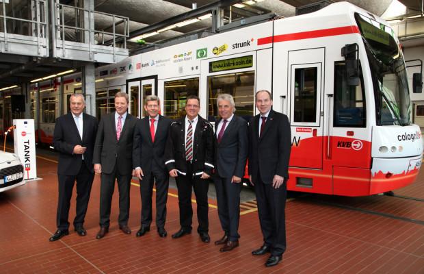 KVB-Bahn weist auf Elektromobilitätsprojekt