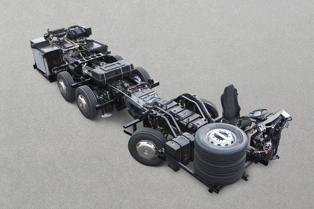 Mercedes-Benz liefert dreiachsiges Bus-Fahrgestell in Euro VI