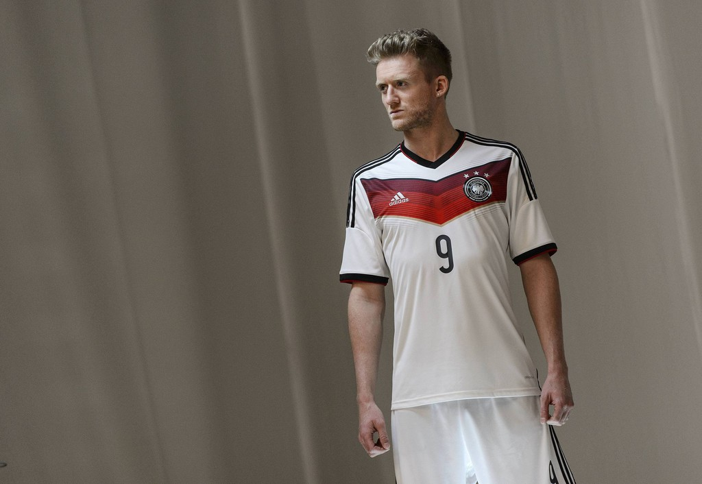 Mercedes-Benz setzt WM-Fußballer mit C-Klasse in Szene