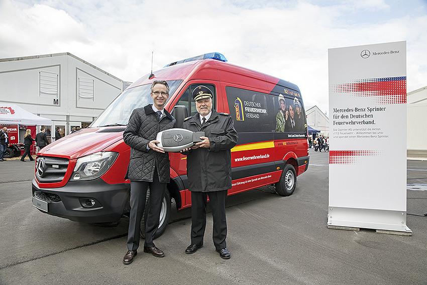Mercedes-Benz unterstützt Feuerwehrverband mit Sprinter