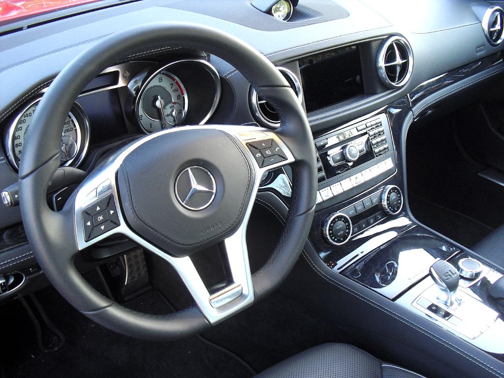 Mercedes SL 350: Blick ins sportlich-noble Cockpit.