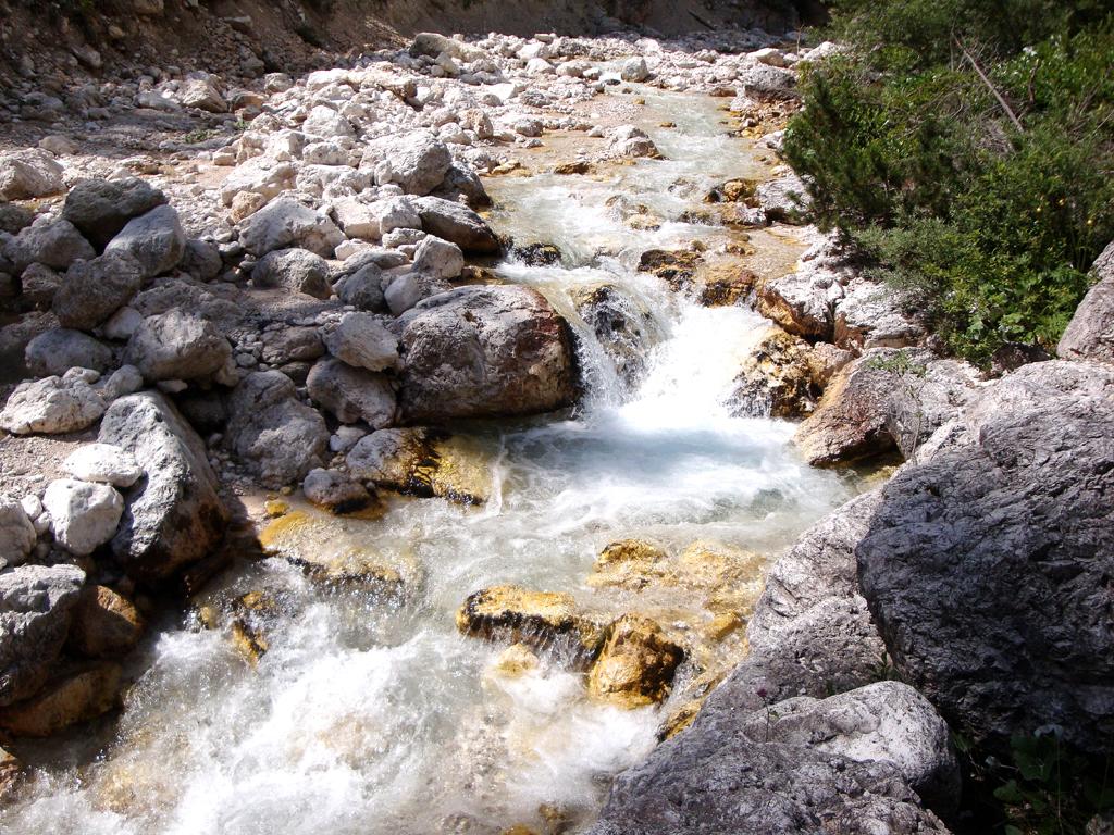 Oft fließen Wildbäche durch felsige Schluchten von den Bergen ins Tal.