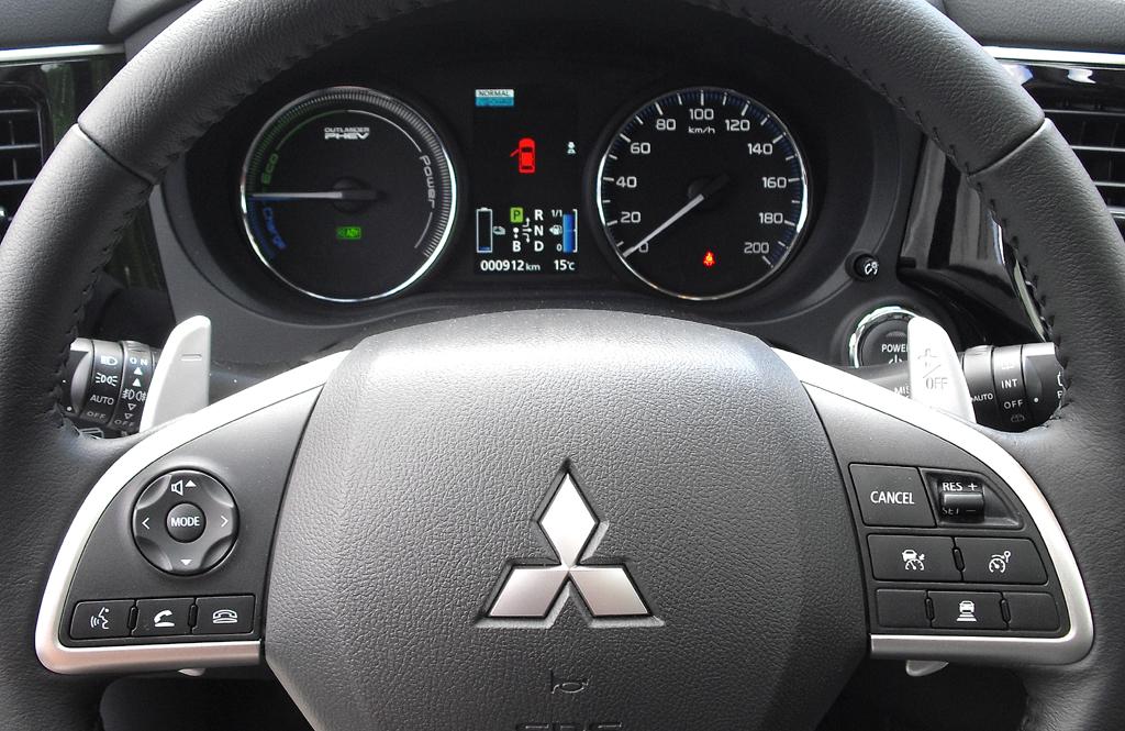 Outlander Plug-in-Hybrid: Blick durch den Lenkradkranz auf die Rundinstrumentierung.