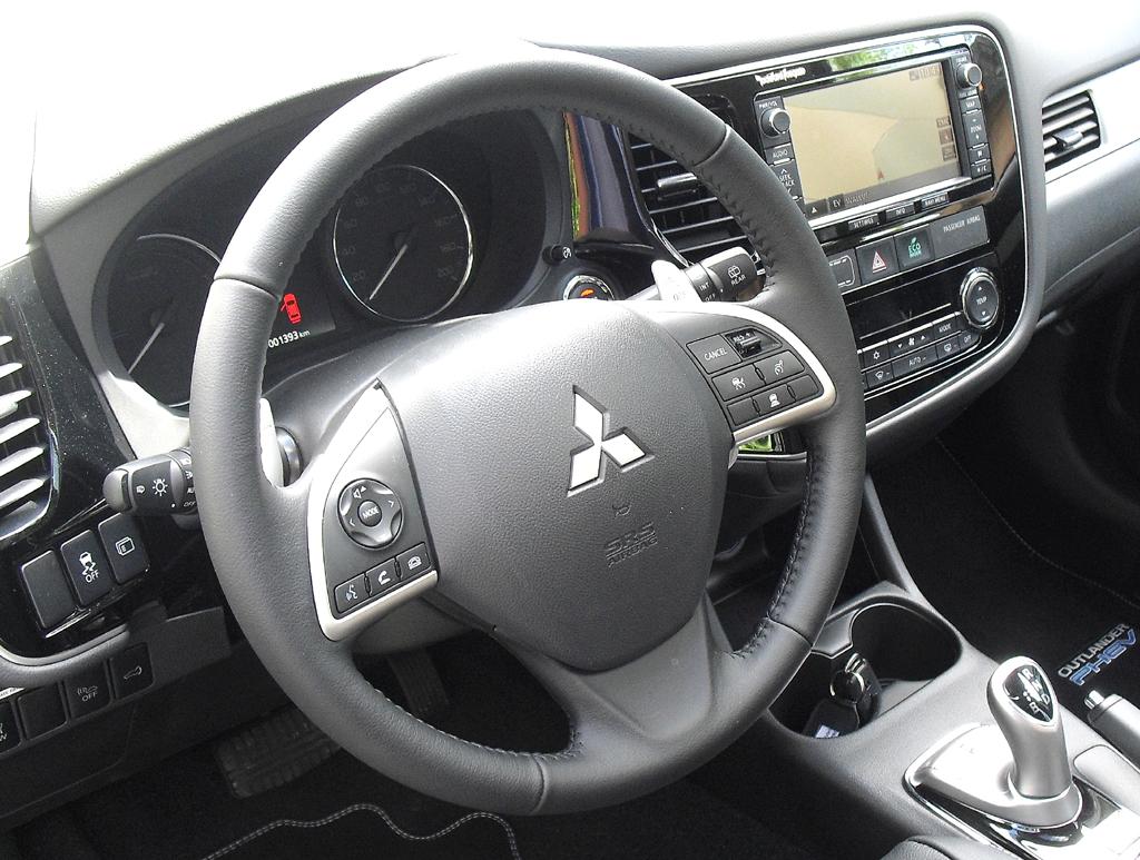 Outlander Plug-in-Hybrid: Blick ins recht übersichtlich gestaltete Cockpit.