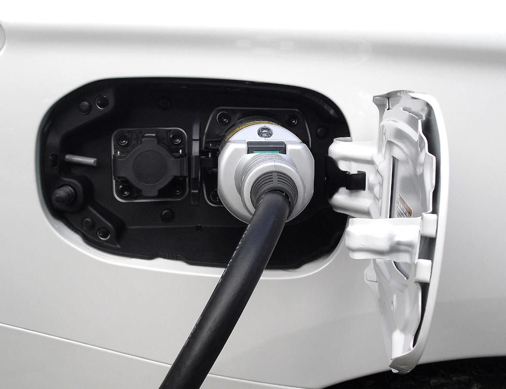 Outlander Plug-in-Hybrid: Der Anschluss zum Laden der Batterie ist hinten auf der Beifahrerseite.