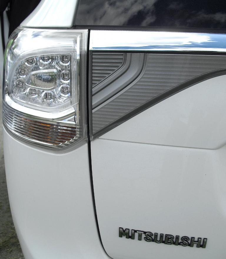 Outlander Plug-in-Hybrid: Moderne Leuchteinheit hinten mit Markenschriftzug.