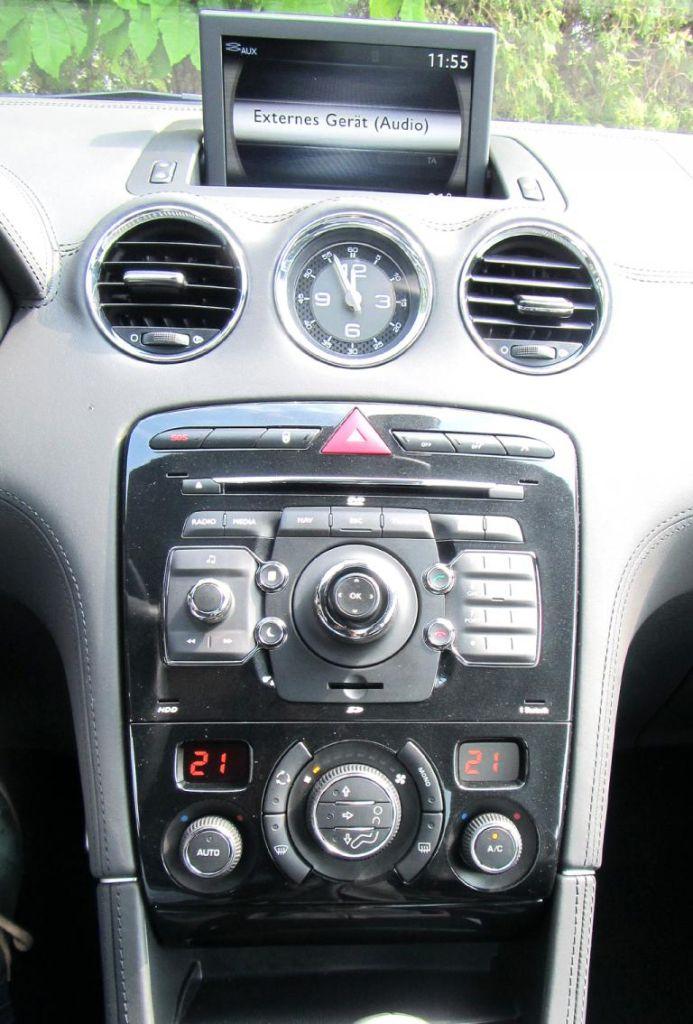 Peugeot RCZ: Blick auf den mittleren Armaturenträger.
