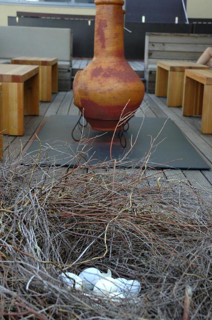 Stillleben auf der Terrasse beim Rezeptions- und Barbereich.