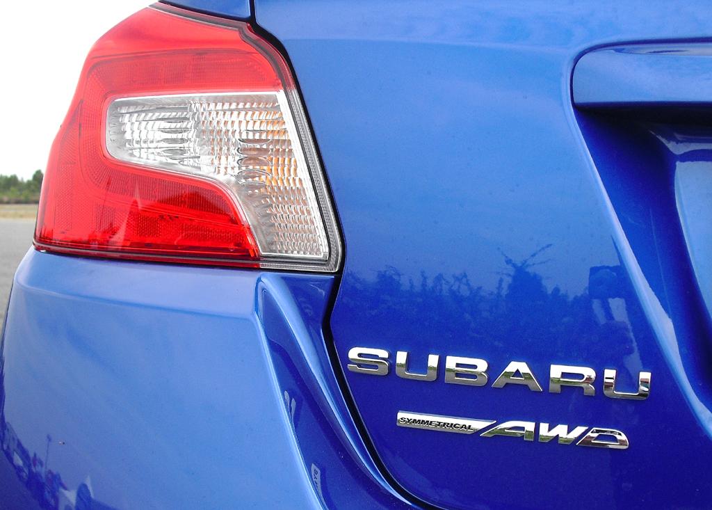 Subaru WRX STI: Blick auf die Bedieneinheit auf dem Mitteltunnel.