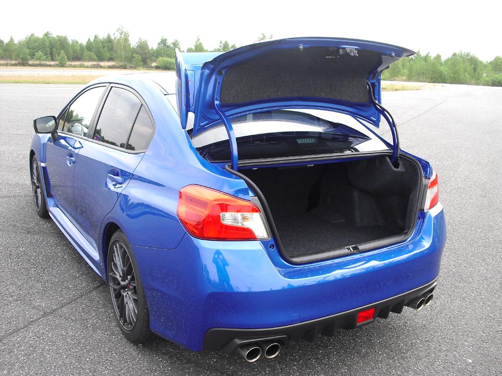 Subaru WRX STI: Blick auf die Heckpartie mit dem markanten Flügel.