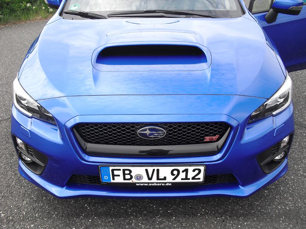 Subaru WRX STI: Blick auf die markante Frontpartie mit Lufthutze auf der Motorhaube.