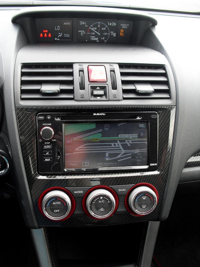 Subaru WRX STI: Blick durch den Lenkradkranz auf die Rundinstrumentierung.