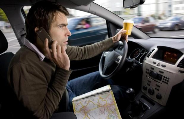 Telefonieren im Auto kann den Führerschein kosten
