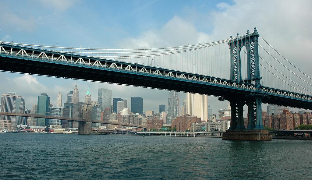 Unter der Brooklyn-Brücke ist die Silhouette Süd-Manhattans zu sehen.