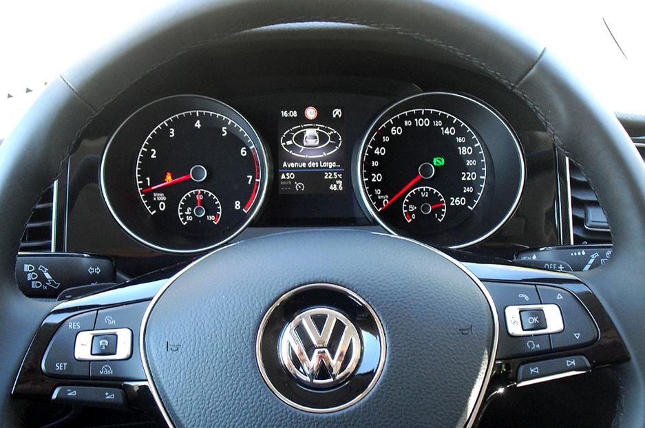 VW Golf Sportsvan: Blick durch den Lenkradkranz auf die Rundinstrumentierung.