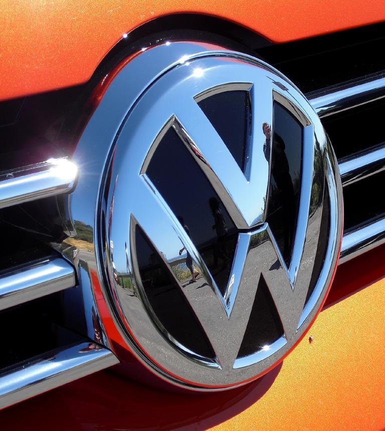 VW Golf Sportsvan: Das Markenlogo sitzt vorn mittig im Kühlergrill.