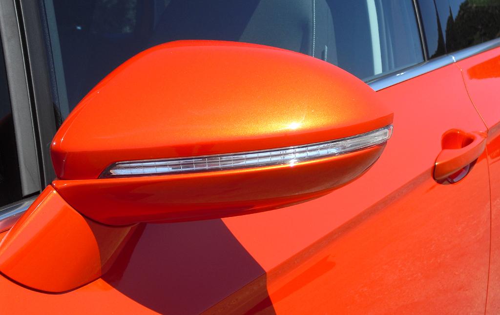 VW Golf Sportsvan: In die Außenspiegel sind schmale Blinkstreifen integriert.