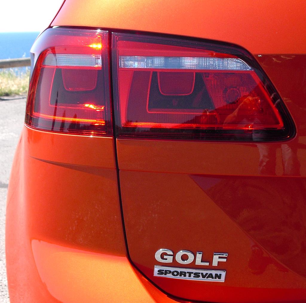 VW Golf Sportsvan: Moderne Leuchteinheit hinten mit Modellschriftzug.