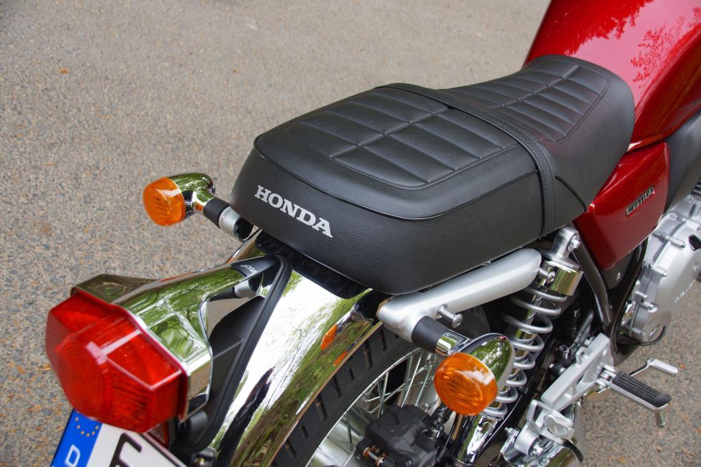 Viel Chrom und eine klassische-gesteppte Sitzbank ohne Höcker zeichnen die Honda CB 1100 EX aus
