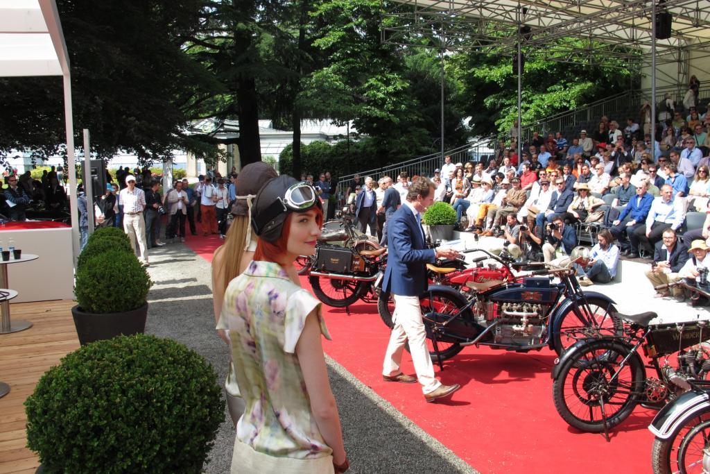 Vor einer gut gefüllten Tribüne im Park der Villa Erba ging die Präsentation der schönsten Motorräder des Concorso di Motociclette über die Bühne
