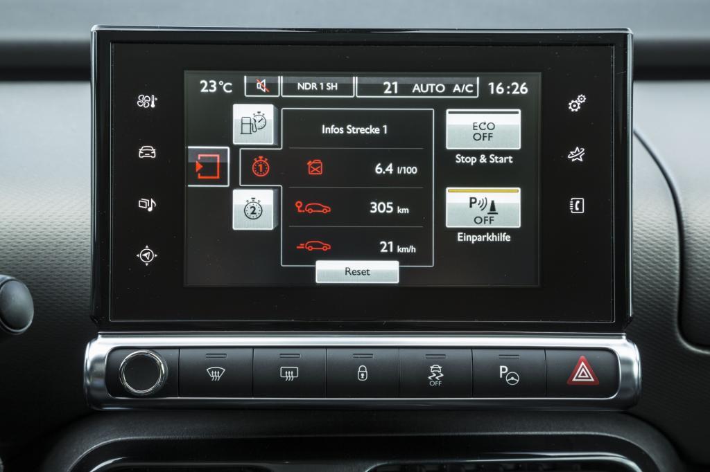 Zur serienmäßigen Ausstattung zählt auch der mittige 7-Zoll-Display