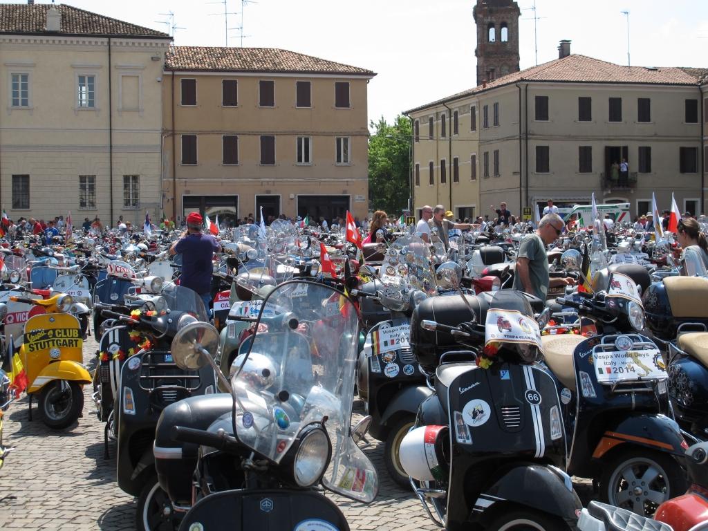 © fbn | Immerhin gründeten sich die ersten Vespa-Clubs in Italien bereits in den 1940er Jahren, also kurz nach dem Erscheinen der längst zur Legende gewordenen Wespe auf zwei Rädern