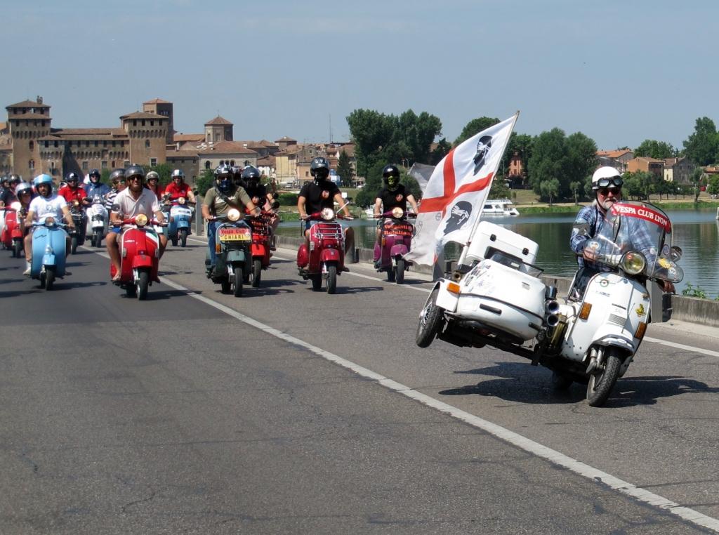 """© fbn/SP-X   Ein Gespannfahrer drückt seine Freude am Corso dadurch aus, dass er sein """"Boot"""" mit erhobenem Rad chauffiert"""