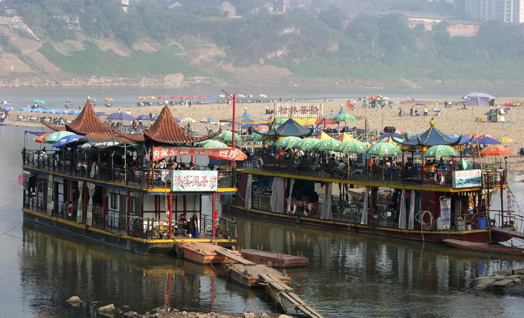 Am Jialing-Ufer haben bunten Restaurant-Boote angelegt.