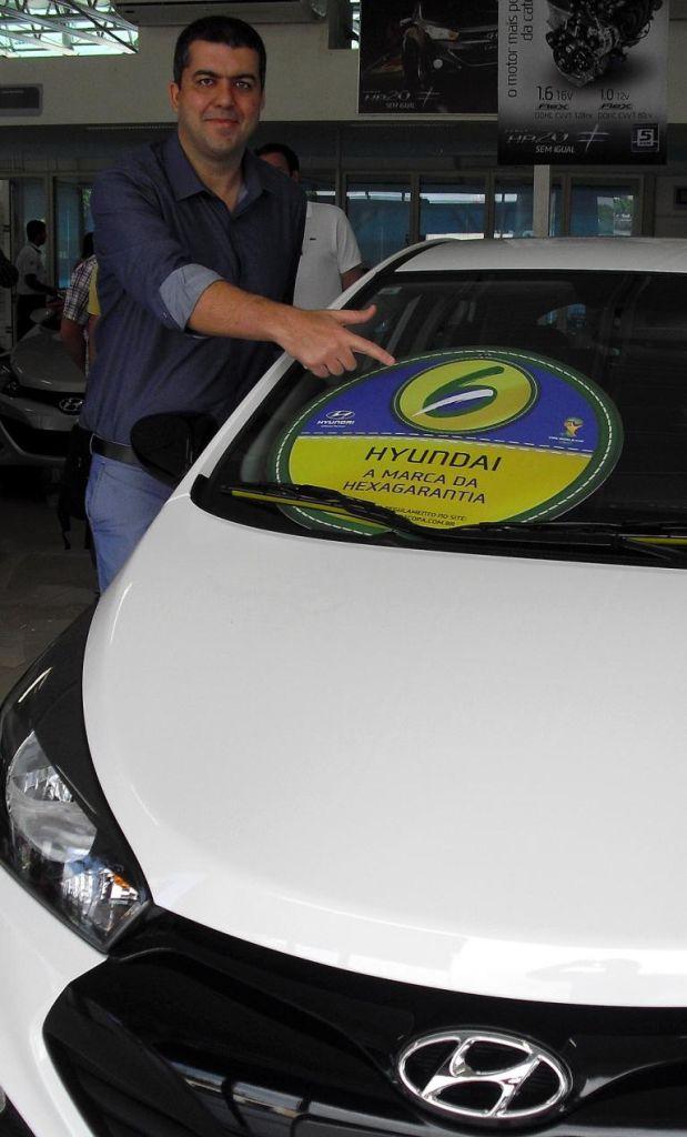 Autohaus-Chef Amaury Pedrosa weist auf eine besondere Sechs-Jahre-Garantie-Aktion hin.