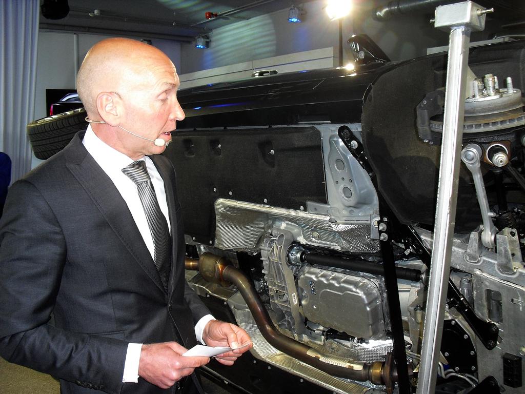 Cadillac-Technikspezialist Patrick Herrmann erläutert den Leichtbau beim CTS.