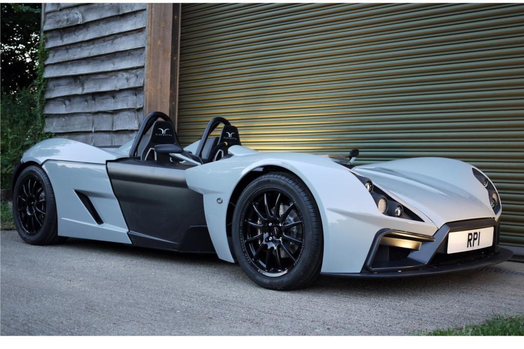 Das puristische Fahrzeug besteht aus einem Carbon-Aluminium-Gerüst, dessen Entwicklung teilweise von der britischen Regierung unterstützt wurde.