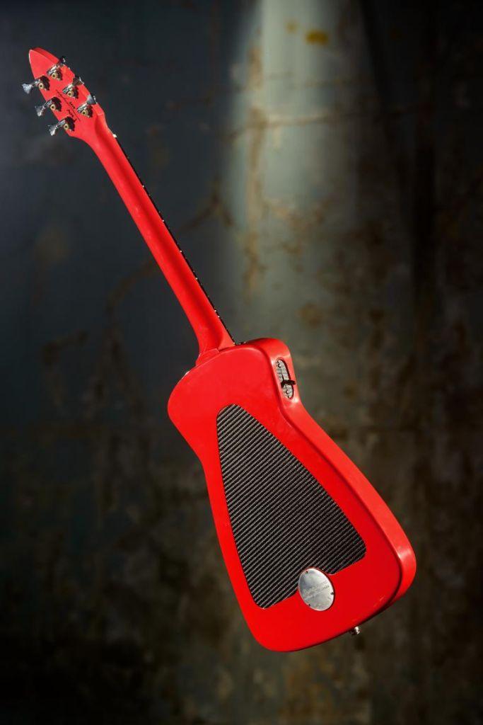 Der Rückendeckel des Musikinstruments besteht aus kohlefaserverstärktem Kunststoff, der Klangkörper selbst aus Holz und der Rest aus Aluminium.
