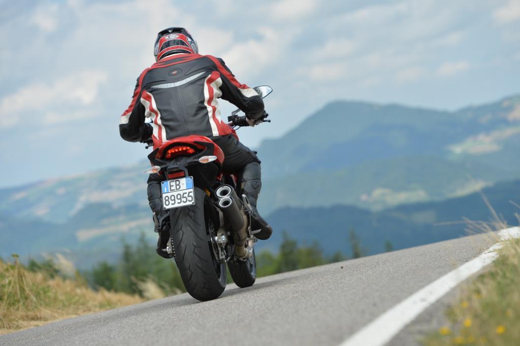 Der erwähnte Auspufftopf ist aber nicht nur aus dem eben genannten Grund für den Fahrer allgegenwärtig, sondern auch deshalb, weil den Ducati-Technikern bei der Monster 821 ein wirklich genialer Sound gelungen ist.