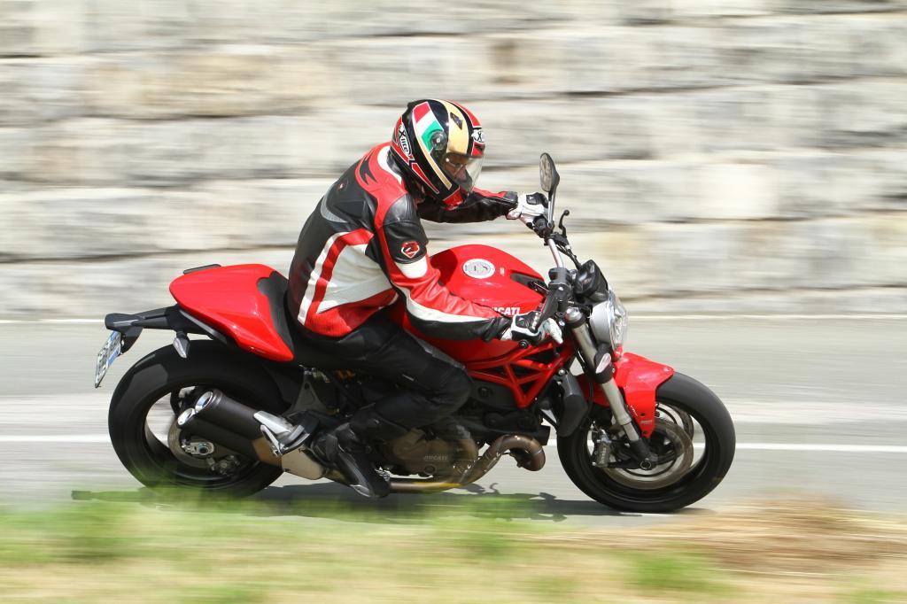 Die neue Ducati Monster 821 ist ein fein zu fahrendes und leicht zu handhabendes Motorrad geworden, das auf längere Sicht die kleinen luftgekühlten Monstermodelle ersetzen wird.