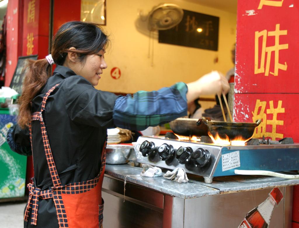 Ehe gegessen wird, muss zubereitet werden: Garküche am Straßenrand.